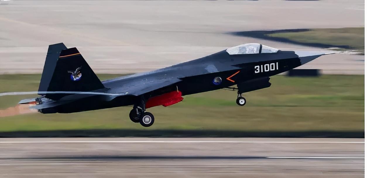 中国第3款隐身战斗机:成飞秘密研发20余年,比歼20更轻