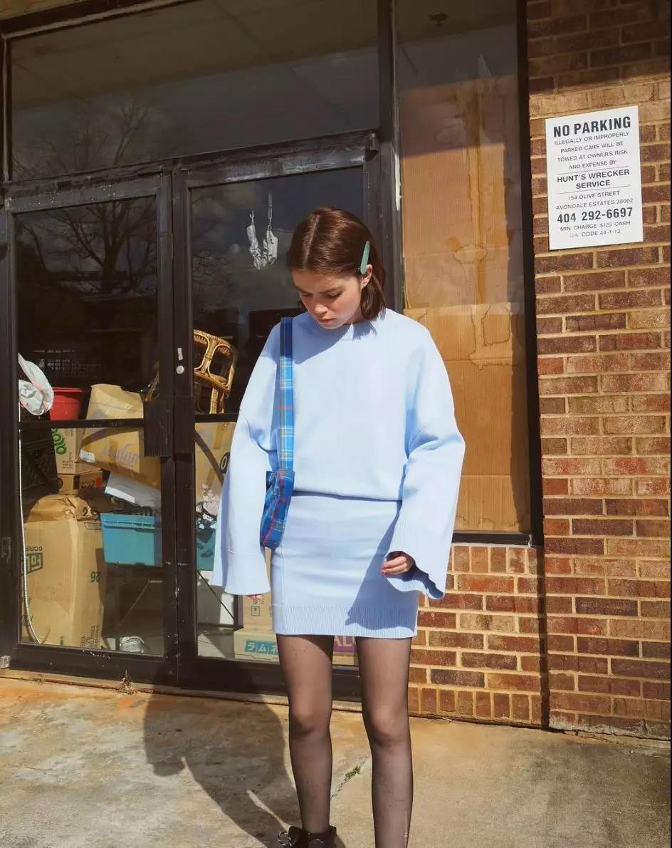 最近火了一种穿法:卫衣+半身裙,照着穿不会出错,温暖整个春天