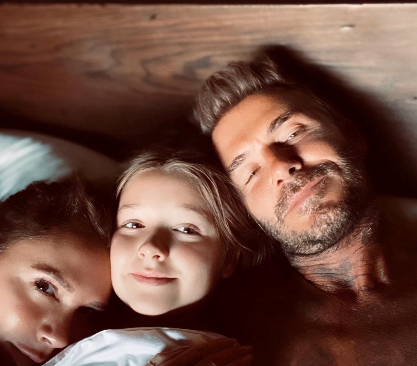 维多利亚秀恩爱照,状态不像46岁,被贝克汉姆紧搂怀中似少女