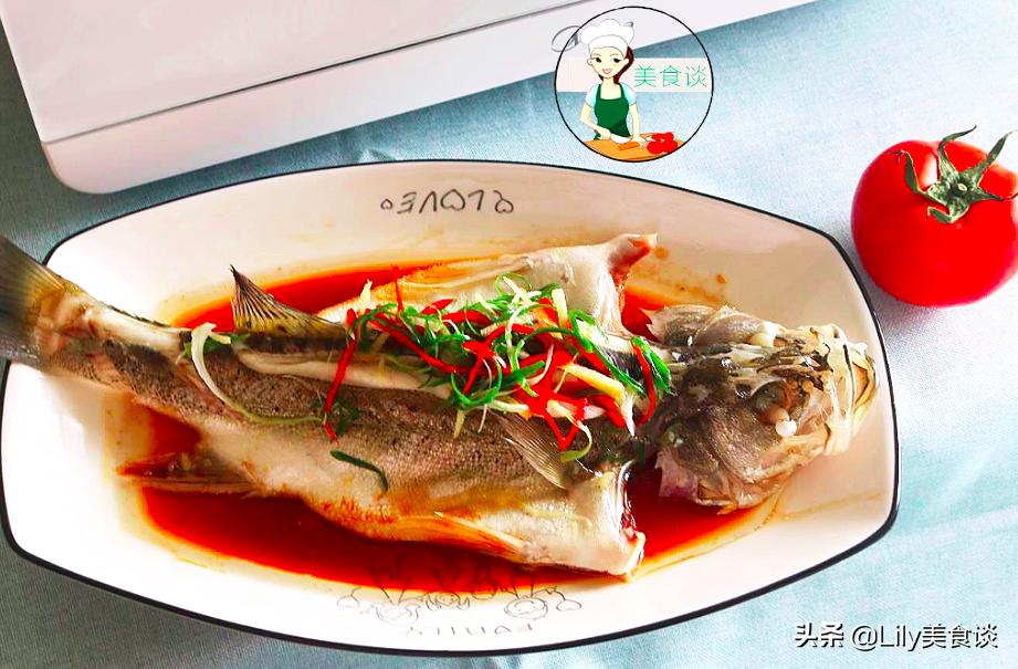做清蒸魚時,有人加蒸魚豉油、加醬油? 都不對,大廚教你正確做法