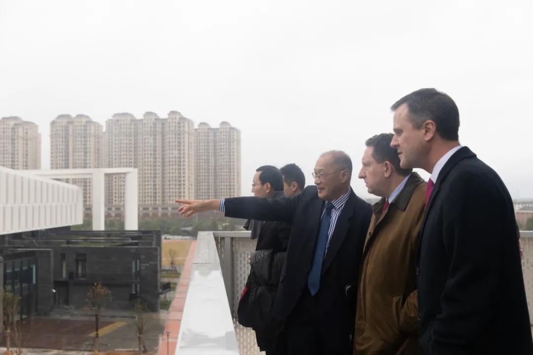 美国驻上海总领事何乐进一行访问温州肯恩大学