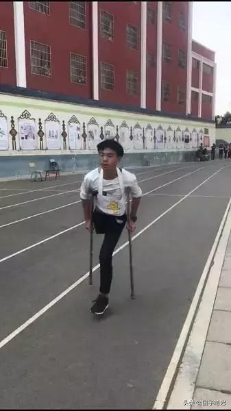 正能量!独腿少年跳完一千米,你还有什么借口不努力?