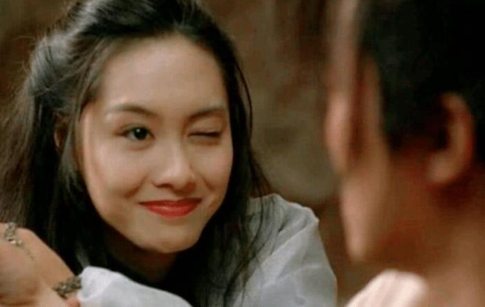 当年经典的朱茵眨眼、邱淑贞咬牌,却都比不过蔡少芬的低头杀?