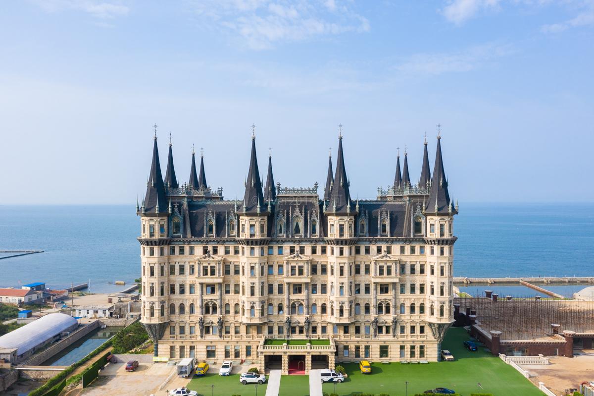 电影《西虹市首富》中的城堡,就在山东烟台海边