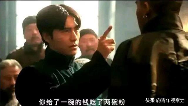 《让子弹飞》里胡万义正言辞诬陷小六子多吃一碗粉的嘴脸,像谁?