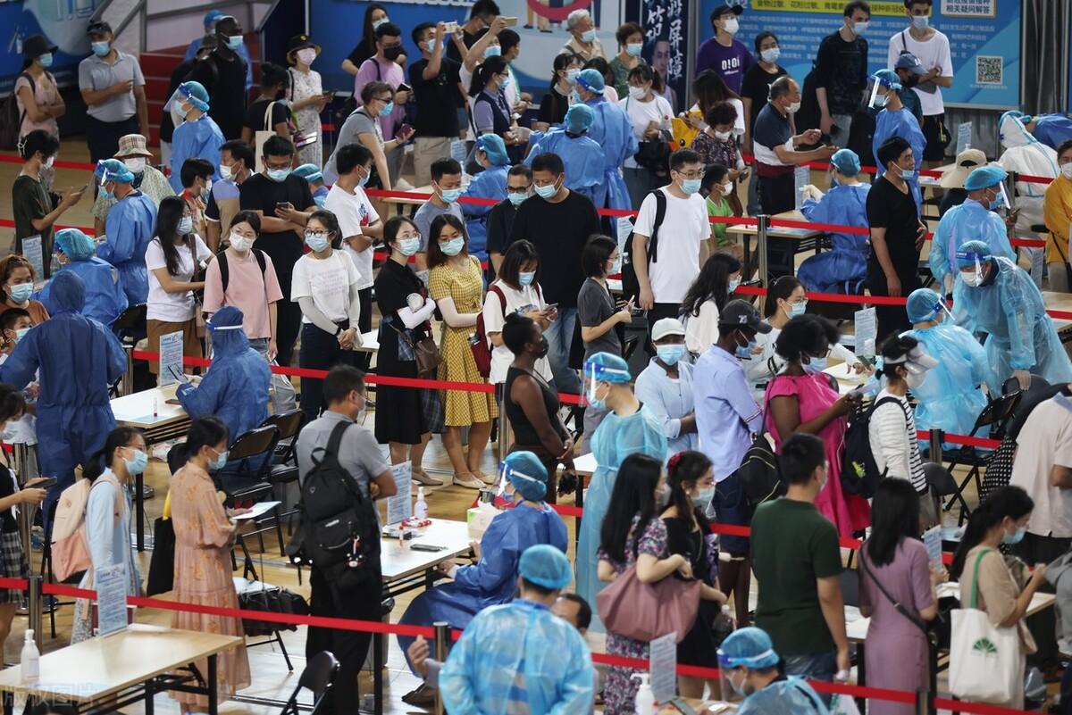 南京这波疫情来势凶猛,疫情规模会超过今年的广州吗?看专家分析