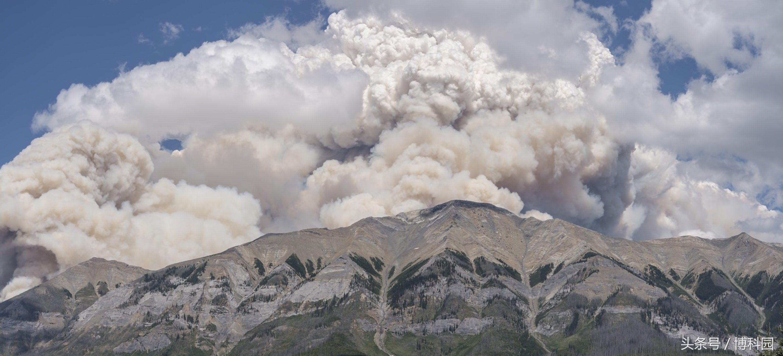 """这些""""肮脏""""雷暴充斥着天空,就像火山爆发一样"""