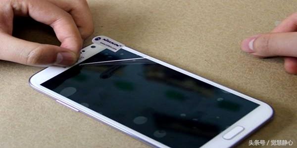 巧妙去除手机钢化膜气泡的方法