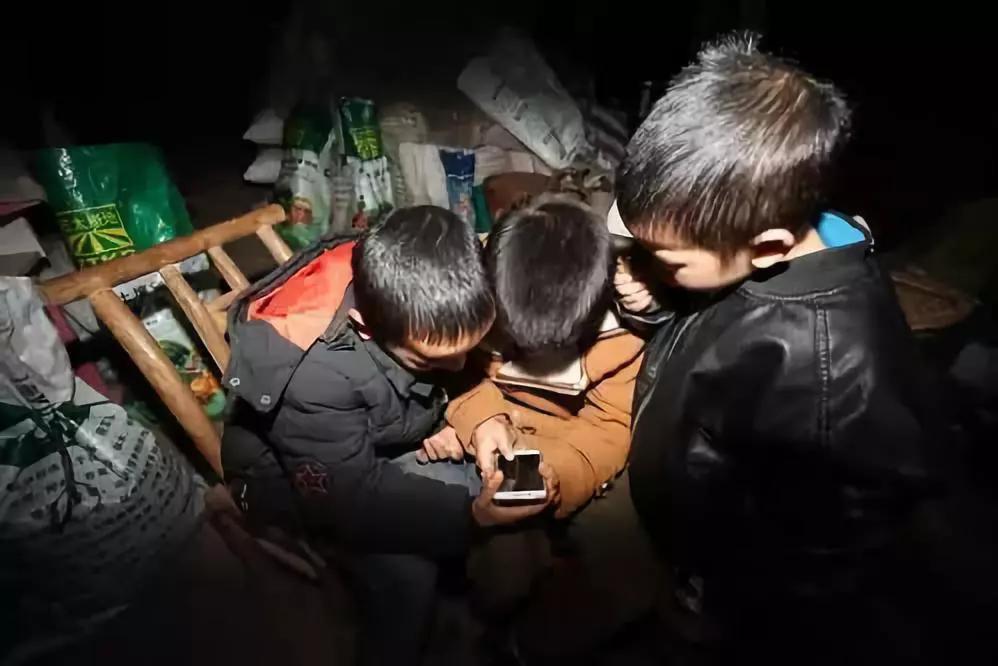农村孩子,正成批地被手机游戏废掉