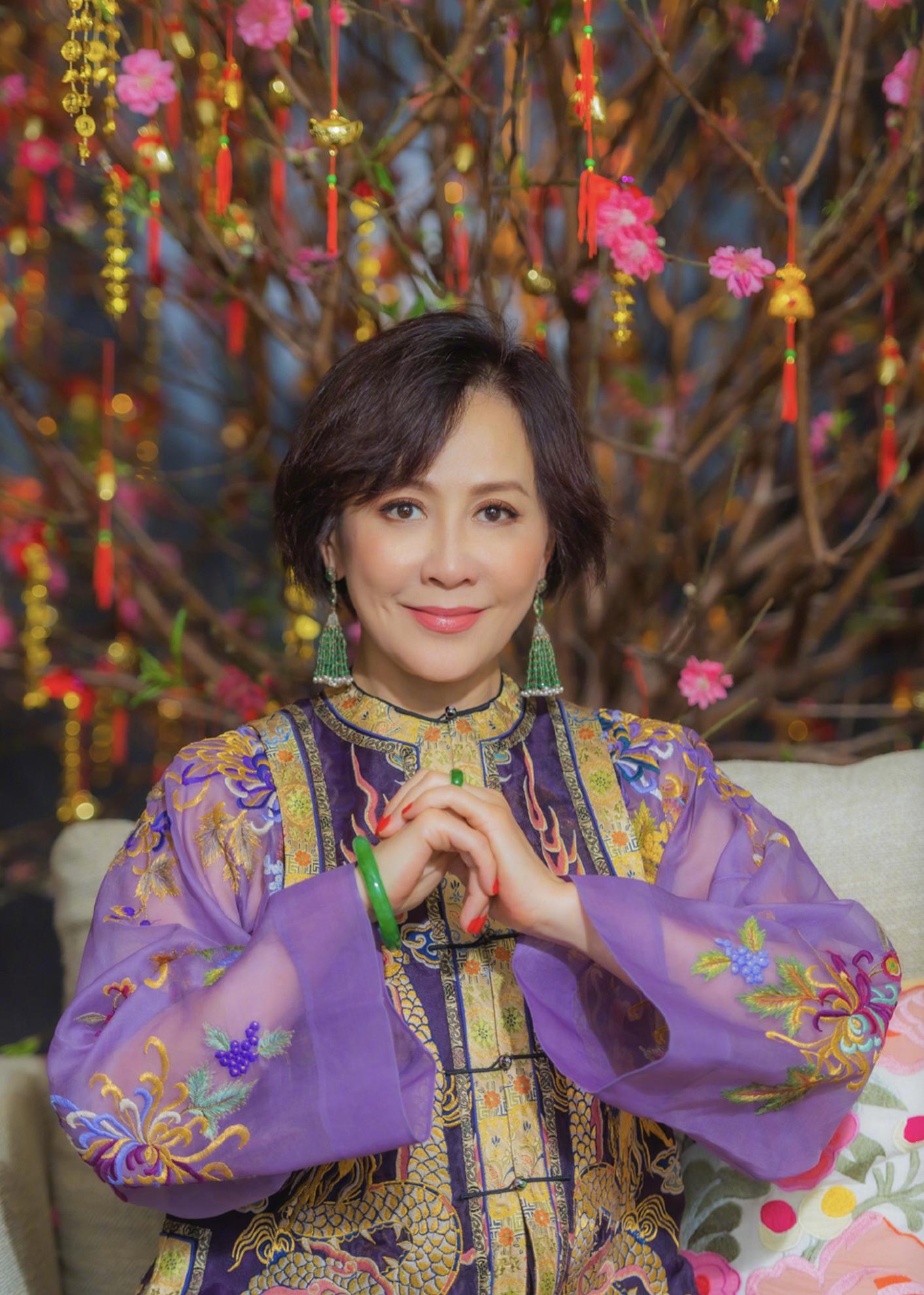 刘嘉玲晒新花瓶估价半亿,上海豪宅满是名画古董,收藏家当之无愧