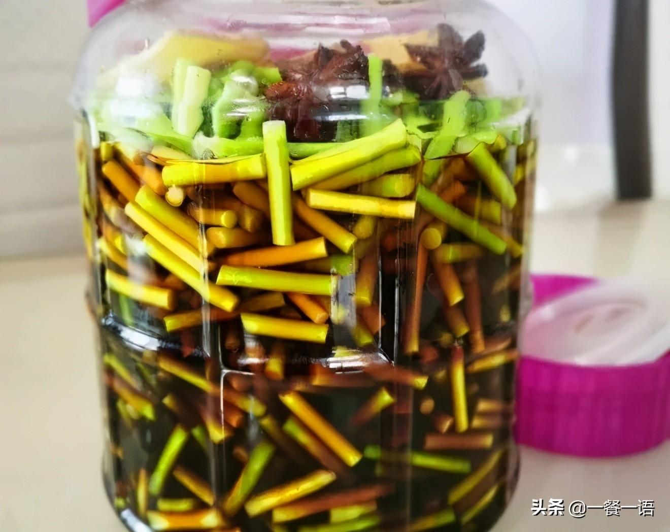 """正上市的这个蔬菜被誉为""""天然青霉素""""切粒炒着吃,鲜香爽脆 美食做法 第3张"""