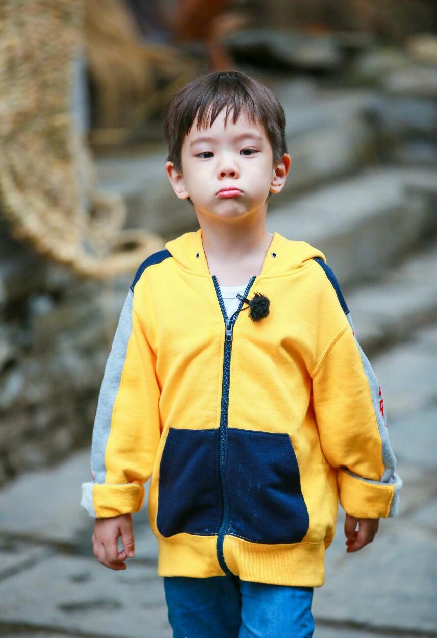 霍思燕晒照为7岁嗯哼庆生,一家三口亲吻、许愿,画面温馨