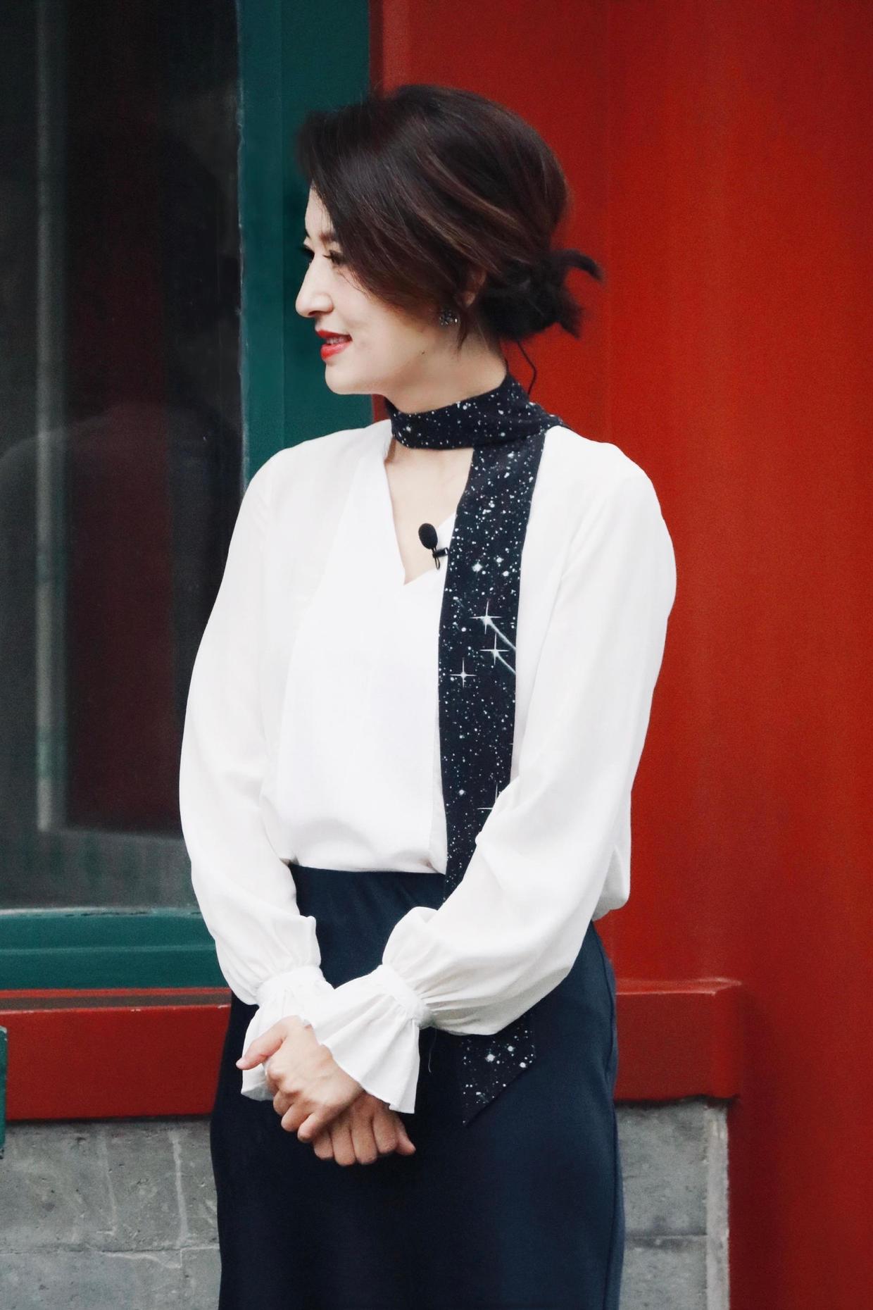 张蕾把头发扎起来更美,穿白衬衫配半身裙,腰带当围巾优雅又洋气