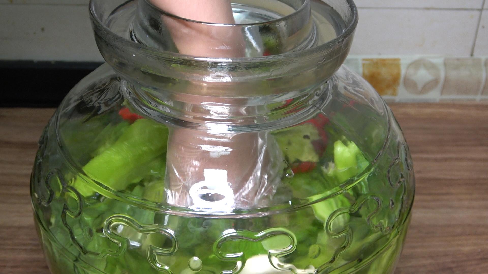 泡酸菜别只加盐,30年老方法告诉你,又酸又脆,放一年不会坏 美食做法 第9张