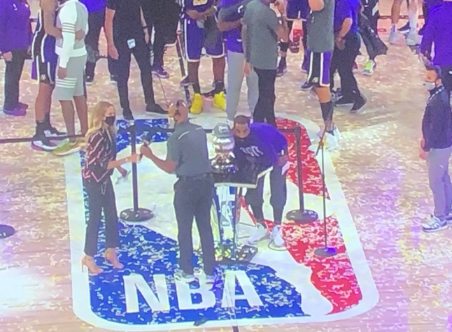 立功!湖人球員在儀式結束後轉身就走,只有JR發現了獎盃還沒有人帶走!(影)