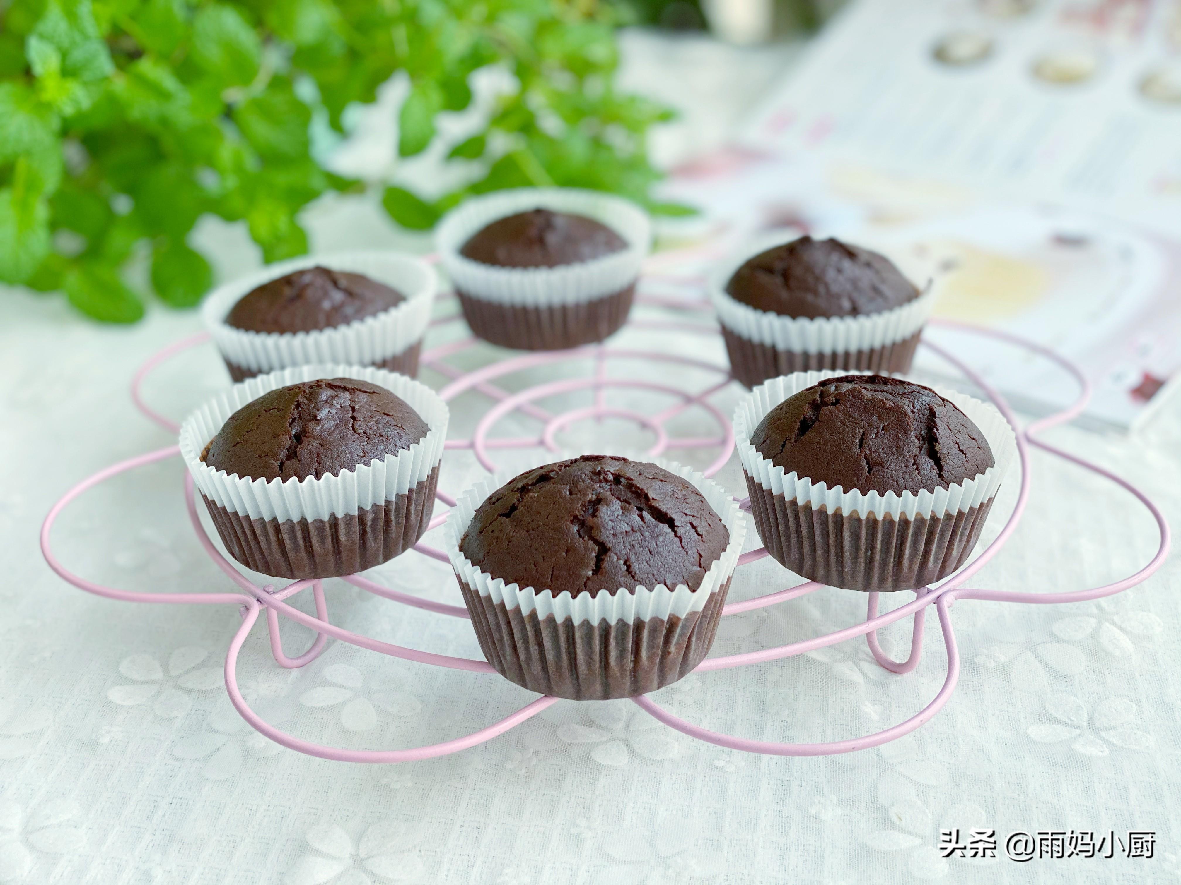 分享一款适合新手的小蛋糕,香味浓郁又蓬松,搅一搅就能烤好