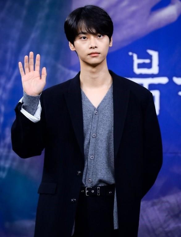 离开8年所属社,爱豆出身的他签约演员经纪公司,与苏志燮同门