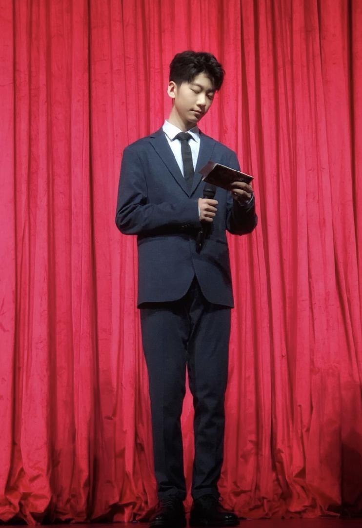 13歲天天長大了,穿西裝打領帶氣質佳,外形帥氣被讚像霸道總裁