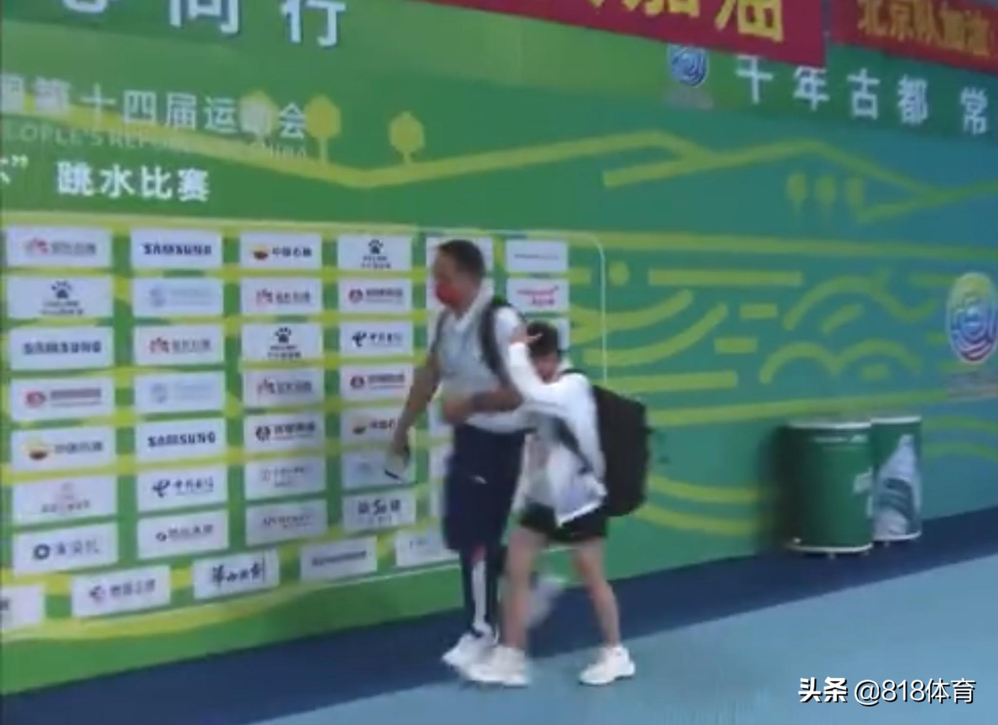 国宝!全红婵全运被广东队8位教练包围避免干扰,教练牵手带她离场