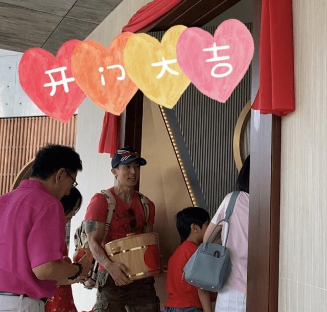 吴尊心情愉悦晒新豪宅,全家出动放鞭炮庆祝,手抱木桶称华人传统