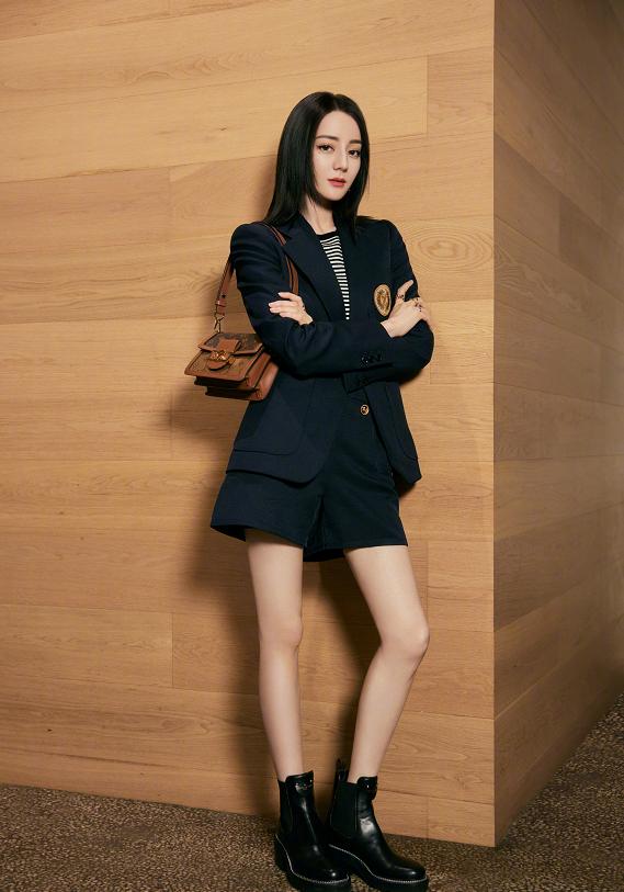 迪丽热巴最新时尚大片,御姐风造型超好看,网友:腿太让人羡慕了