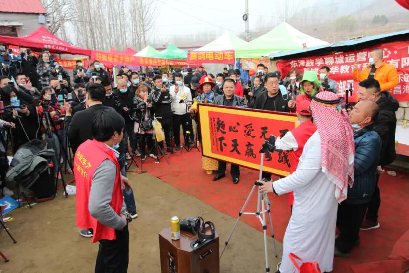 山东农民李昌海拉面哥门前演唱费县拉面美名扬火了