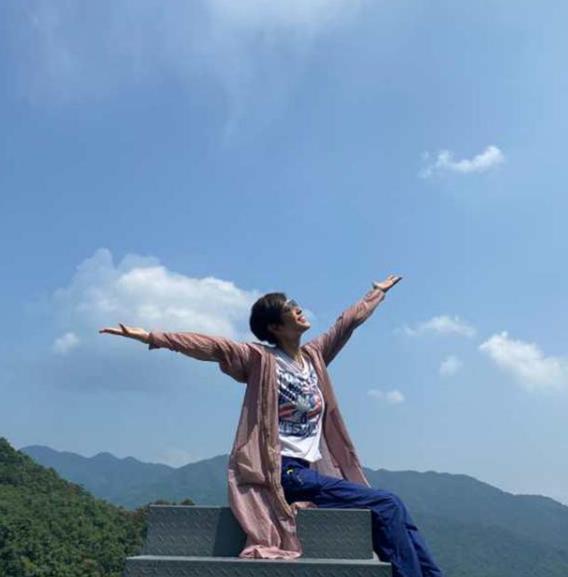54岁陈法蓉如青春少女,搭配不规则牛仔裙,清爽简洁凸显大气风
