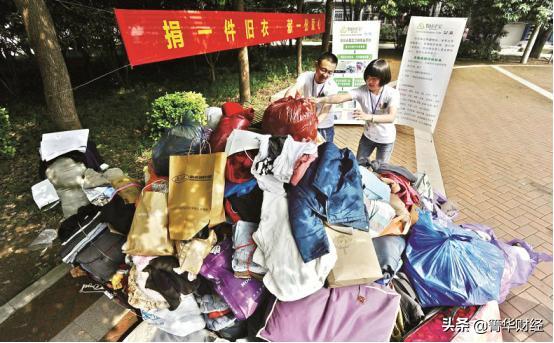 回收旧衣服一年赚200万(旧衣服回收怎么找销路)