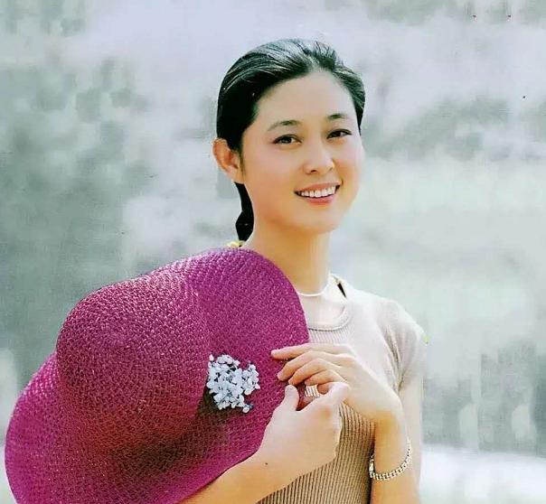 61岁倪萍好会保养!穿连衣裙拍广告贵妇气质藏不住,年轻时超美