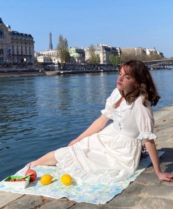 水藍色瞳孔美得讓人移不開眼 穿搭很有法國女孩兒的味道
