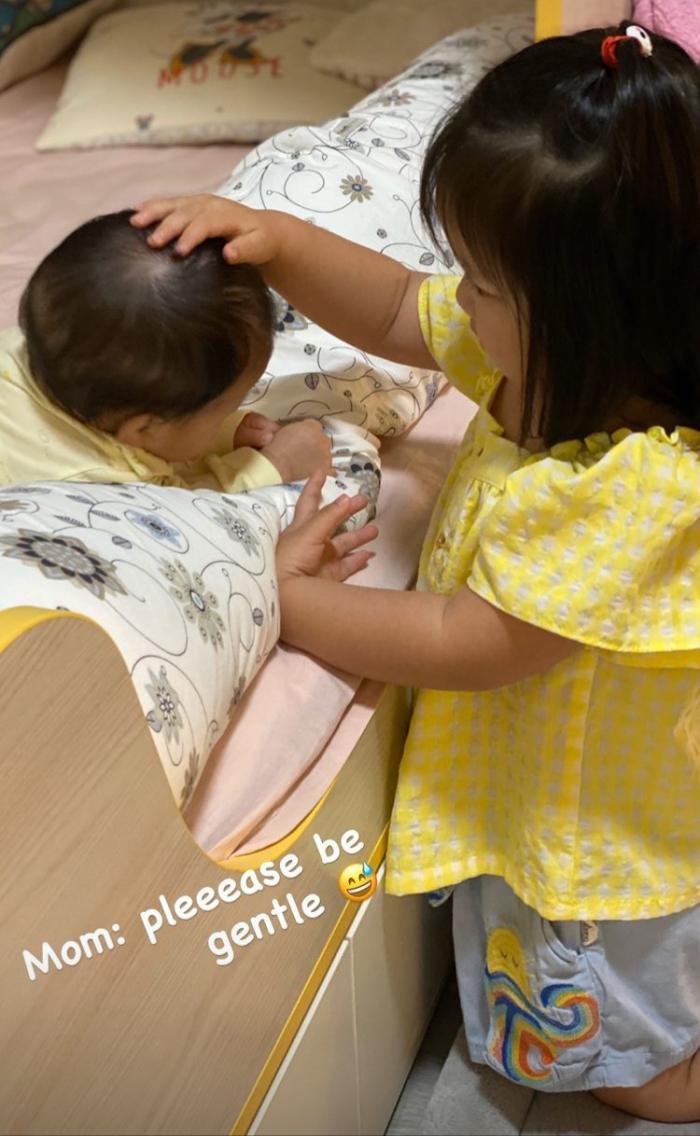 李亚男晒俩女儿互动,姐姐照顾妹妹超懂事,2岁天韵上学打扮精致