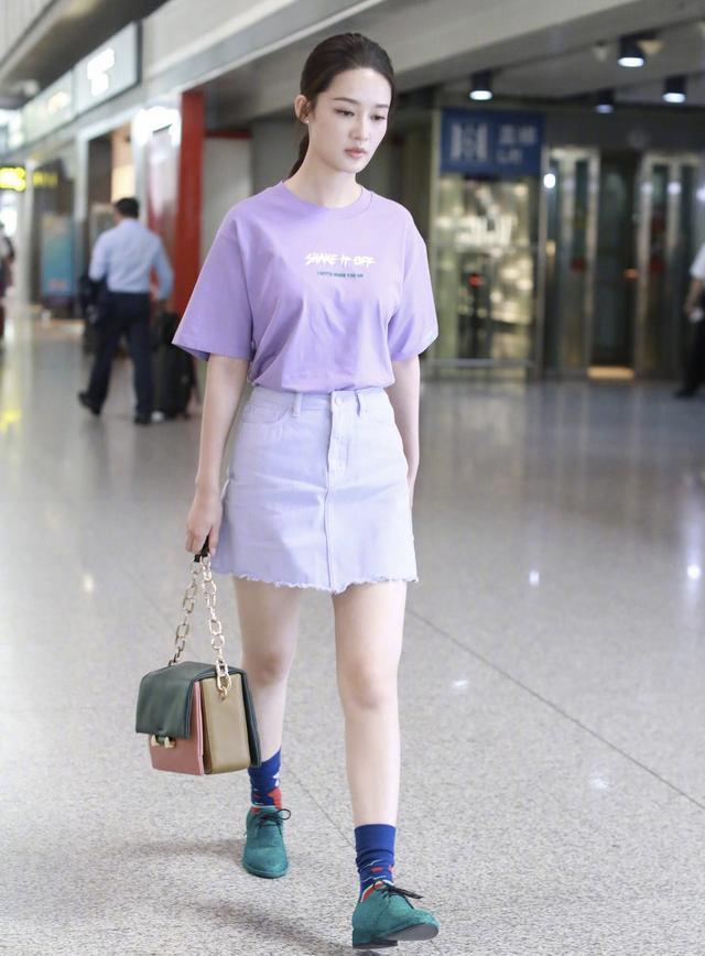 李沁这次够抢镜,香芋紫同色系穿出高级感,竹竿腿更抢尽风头