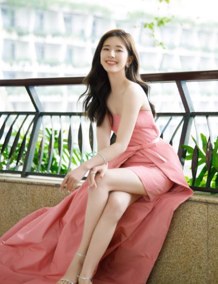 21岁的赵露思,穿粉色抹胸连衣裙,秀肩秀腿太不简单了