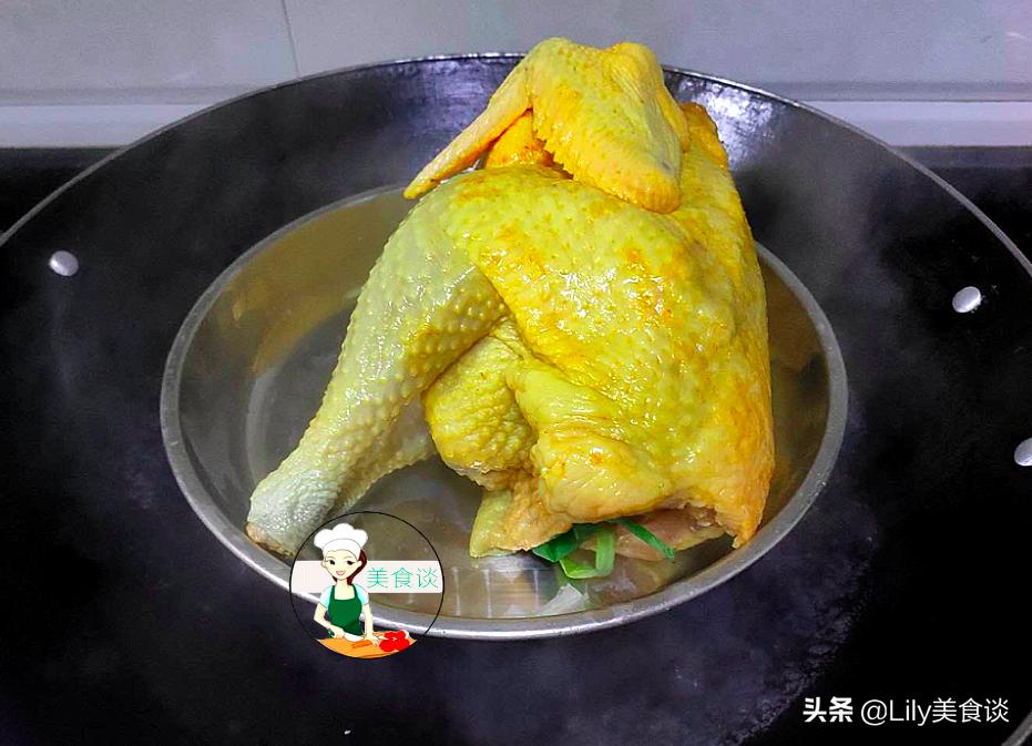 家常鹽焗雞做法,不用埋在鹽堆裡,只需一種調料,跟買的一樣好吃
