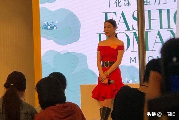 45岁佘诗曼现身活动捞金,一袭红裙美到窒息,笑容特别灿烂
