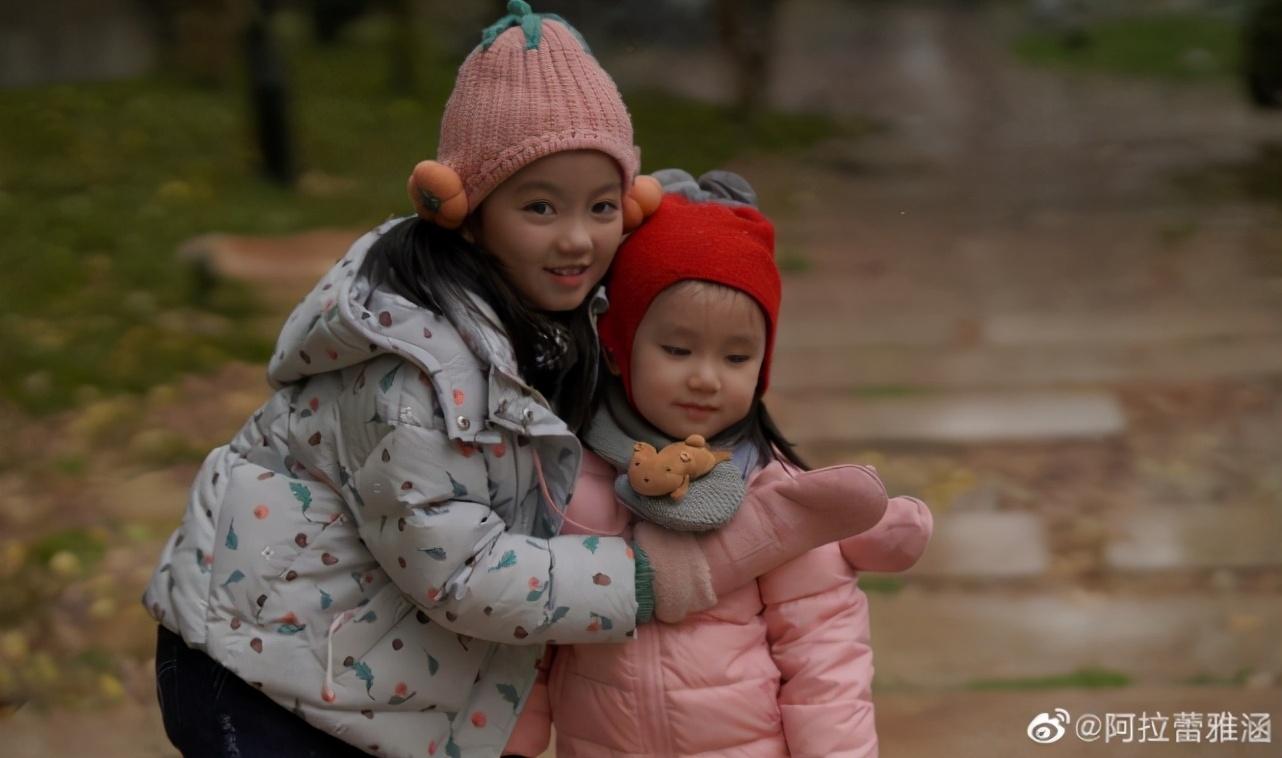 阿拉蕾與妹妹雪中玩耍合照,文藝女神範十足,小長腿更是優越