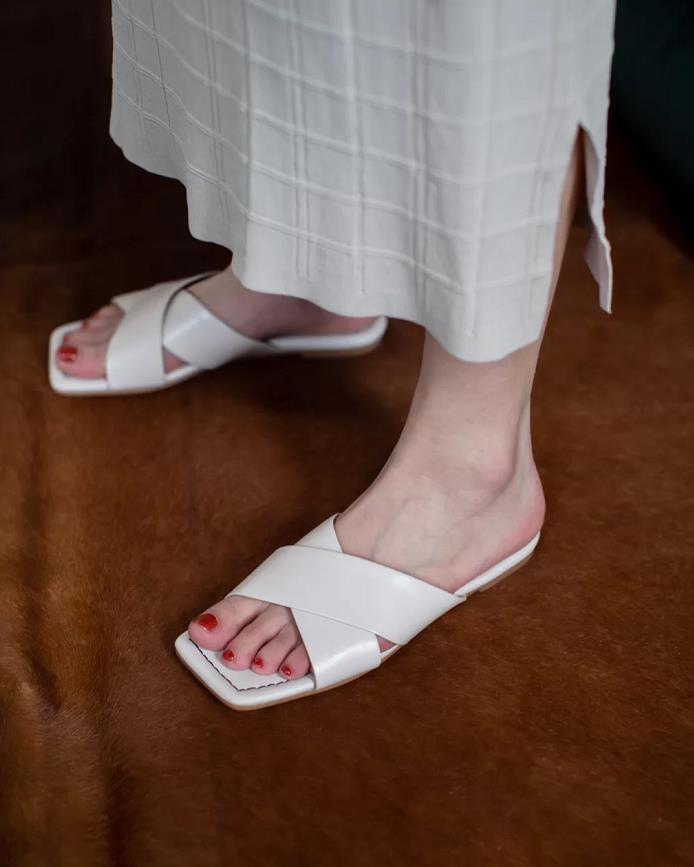 """夏天少穿""""闷脚""""的鞋子,试试今年流行的4双凉拖,清爽又舒适!"""