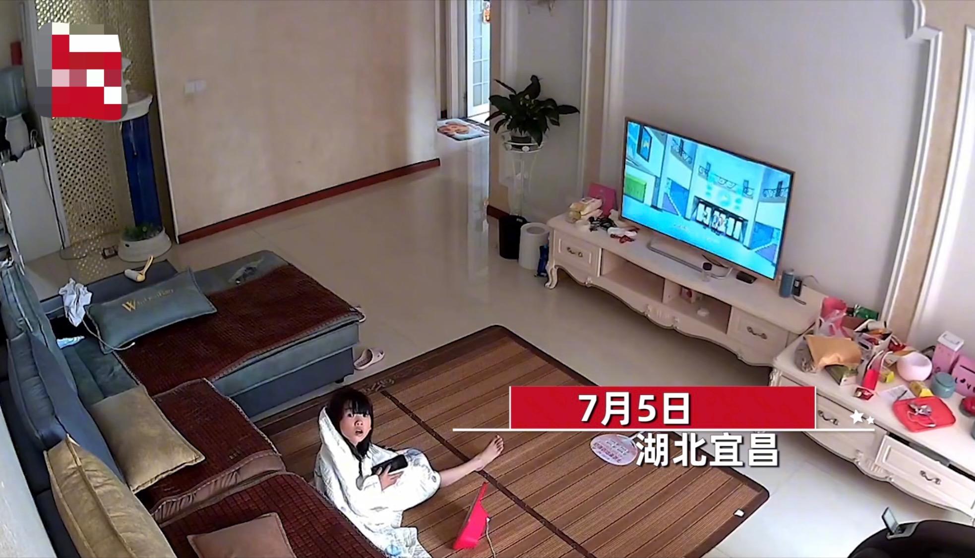 女孩暑假在家偷看电视,妈妈用摄像头隔空喊话,网友:给点隐私空间
