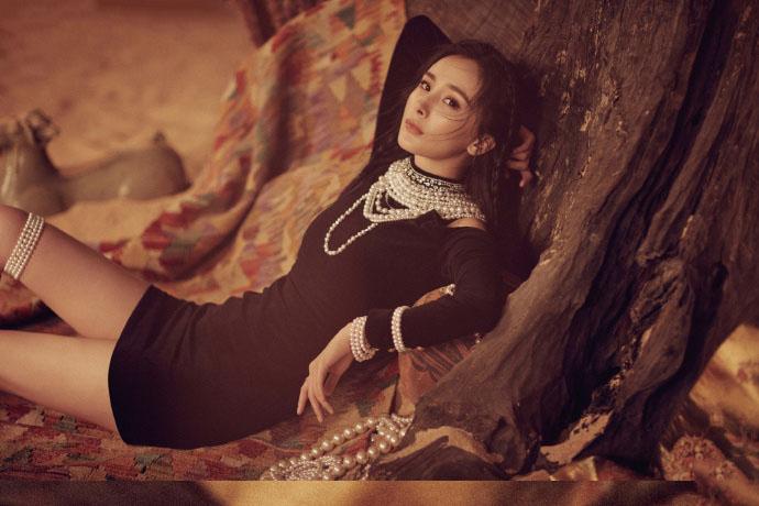 杨幂变身楼兰公主,沙漠骆驼纱裙演绎异域风情,尽显原始野性之美