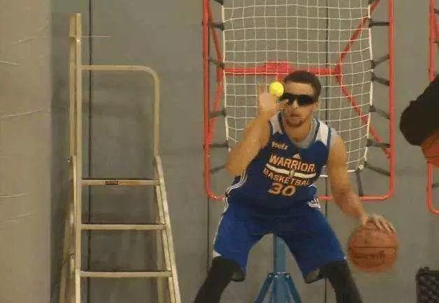 NBA奇特訓練法你聽過幾個?柯瑞蒙眼接網球,厄文踩籃球練平衡!