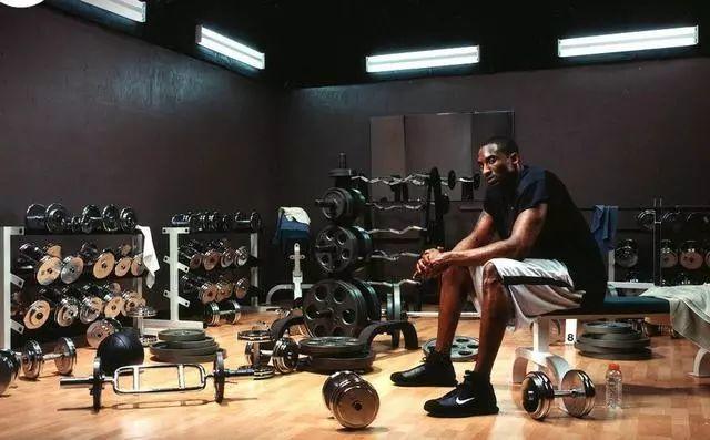 NBA奇特訓練法你聽過幾個?柯瑞蒙眼接網球,厄文踩籃球練平衡!-黑特籃球-NBA新聞影音圖片分享社區