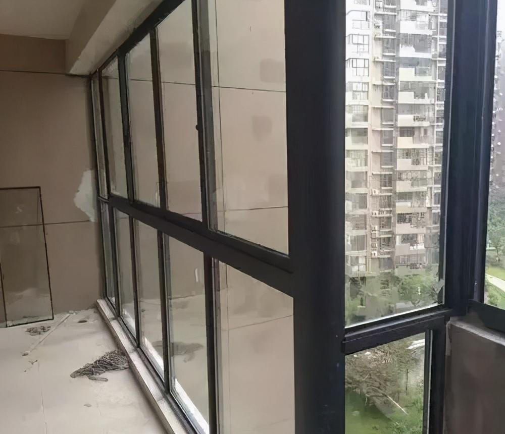 封陽臺用塑鋼窗好還是斷橋鋁窗好?三方面分析說明白,不用再糾結