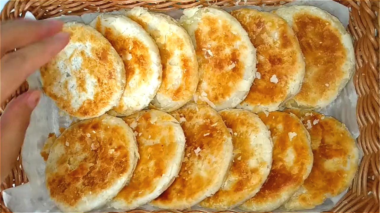 椒盐饼吃着太香了,无技巧难度教你在家做,一卷一捏,外酥里香 美食做法 第1张