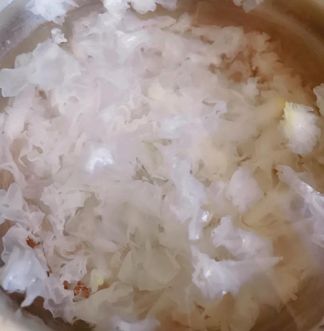 适合秋季喝的银耳梨汤 美食做法 第3张