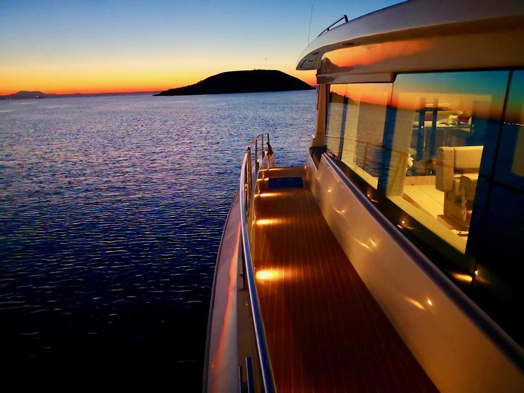 奥地利太阳能双体动力艇Silent55,发动机一开,世界还是如此安静