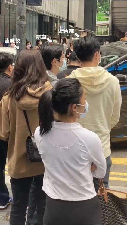 袁詠儀一家逛街被偶遇,兒子罕露面身高直逼180,打扮陽光帥氣
