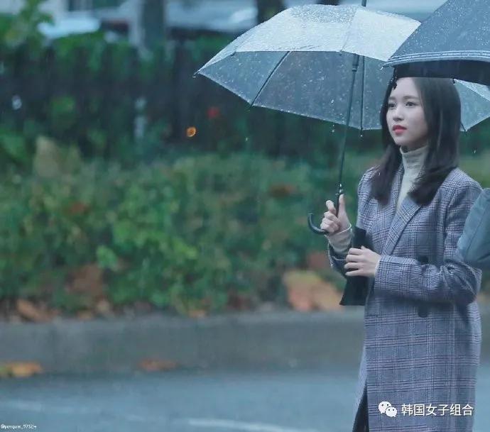 只是在下雨天撑了一把伞的这位女团爱豆,淡雅又有氛围感