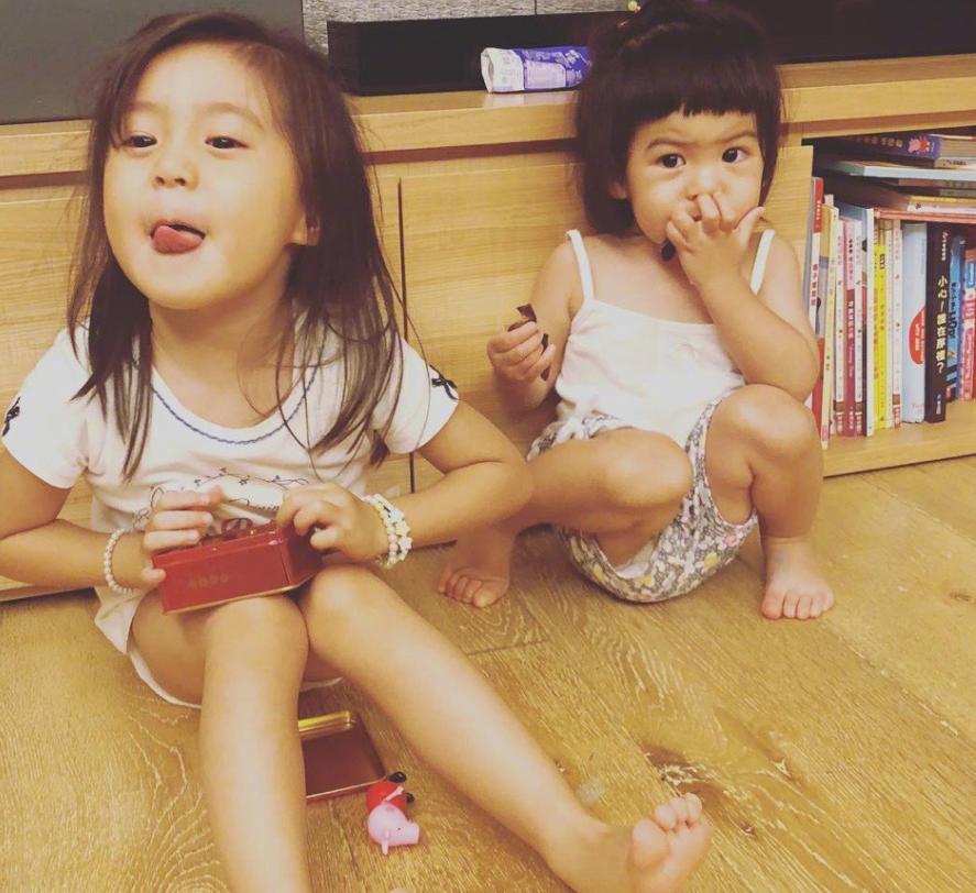 贾静雯两女儿在家洗菜,咘咘蝴蝶结造型养眼,哪知妹妹更抢镜