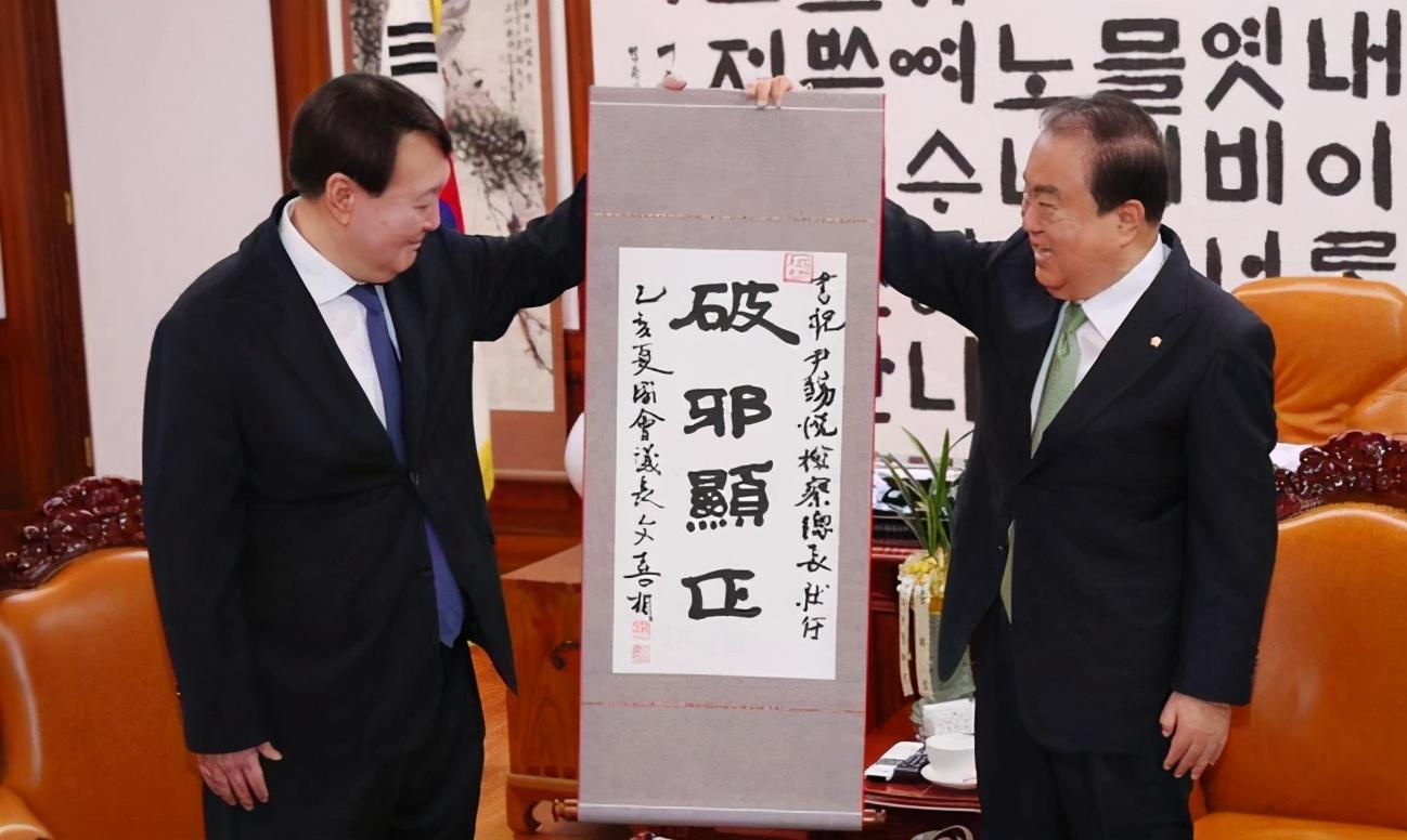 """韩国前总统李明博终未逃脱""""总统魔咒"""",终审获刑17年"""