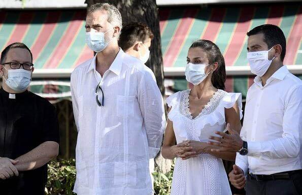 西班牙王后这么瘦还有肌肉?穿小白裙抬手二头肌发达,锁骨无敌了